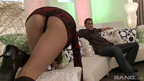 Frisky ass milf Hunter Bryce crawls to man to suck him