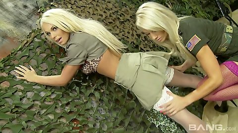Uniform army specialists Sammy Jayne an dCaprice Jane