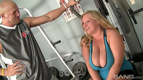 Chunky milf Veronica Vaughn has some pizza at the gym