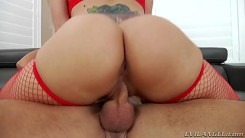 Round ass milf Holly Heart sits on cock on sofa