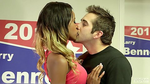 Kissing with cute Jezabel Vessir