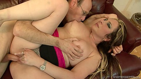Sideways shaved cunt milf crewed on couch with Savannah Jane