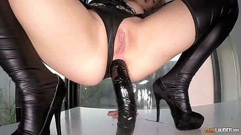 Jemma Valentine positioned her ass on a huge sex toy