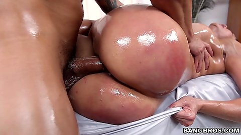 Immoral porn star Diamond Kitty loves sex in oil