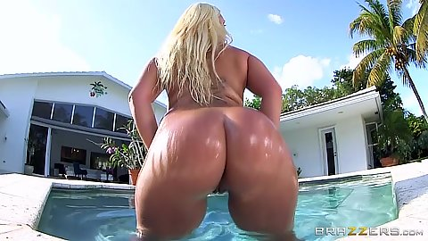Nina Kayy getting her ass wet and twerking outdoors