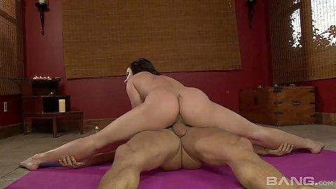 Dick riding flexible yoga chick Lea Lexus