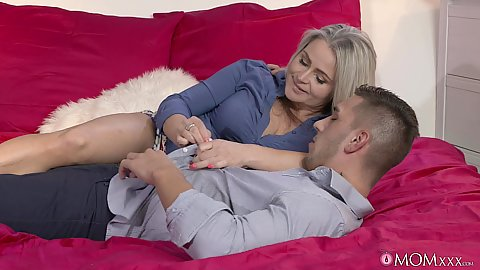 Blonde mom Rachel has a special treat for nick