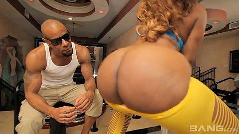 Bubble butt ebony babe Krystal Wett twerking her booty