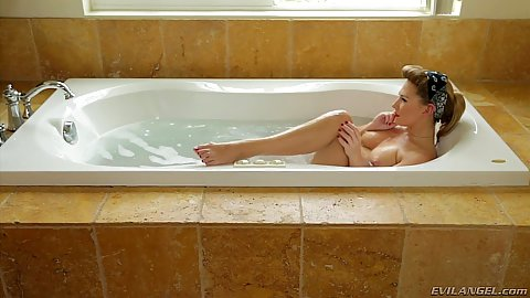 Carter Cruise was relaxing in her tub
