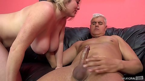 Natural tits and bubble butt Maggie Green gets on cock