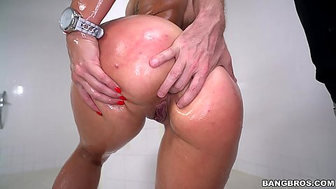 Showering and oiling fun with super incredible butt Kelsi Monroe