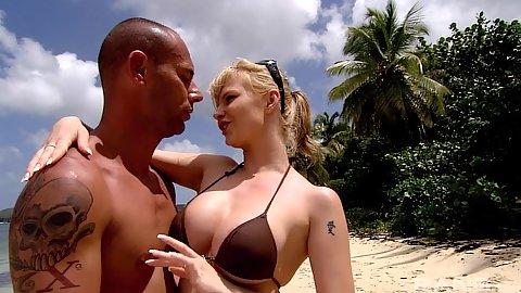 Majestic bikini girl Tarra White on the beach sucks off dick