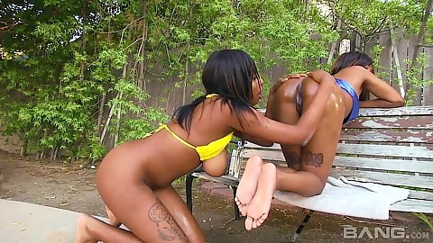 Majestic black butts Kelly Cummings and Ashton Devine eating clits
