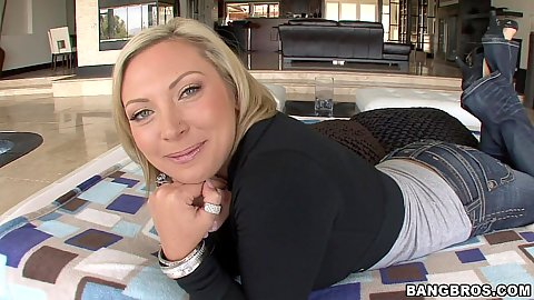 Blonde milf Skylar Price and her round ass