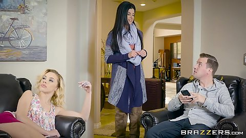 India Summer and Kimberly Moss having a house sitting
