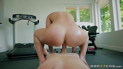 Giving fitness girl Kelsi Monroe reverse cowgirl bubble butt pof fuck