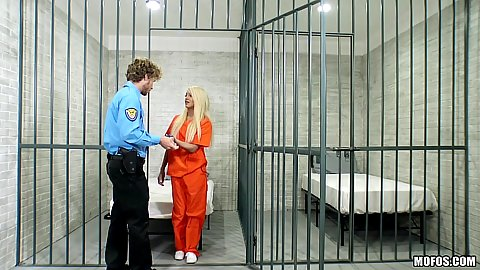 Arousing blonde Elizabeth Jolie is in prison