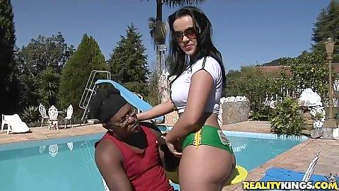 Tati shaking that hot tight Brazillian ass outdoors