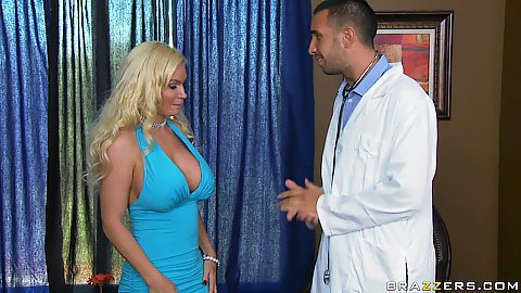 Diamond foxxx a blonde horny milf blow job