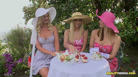 Saraah invited Sammie and Natalie for tea