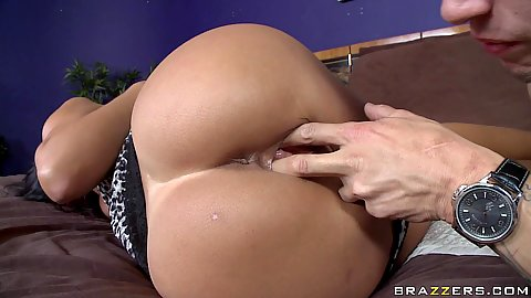 Hot round ass housewife gets pussy licked