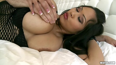 Big tits thai asian hottie goes for suckie suckie