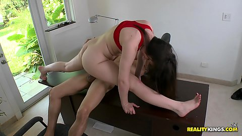 Teen Angelcakes does the splits on the cock