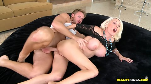 Kinzkie fucked sideways by milf hunter