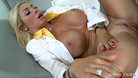 Big tits doctor Evita Pozzi spreading legs for patient