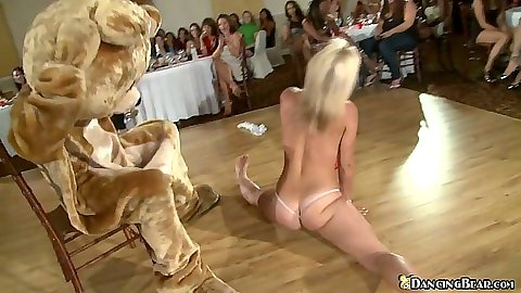 Damn who would have known this blonde can do the splits