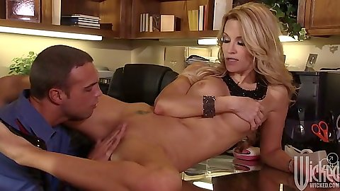 jessica drake spreadin her legs in the office and allow penis to penetrate