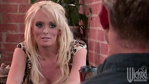 Blonde milf Stormy Daniels having a chat