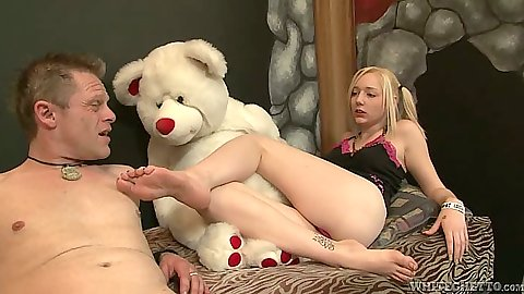 Blonde Rylie Richman loves to get her feet licked