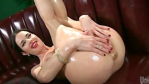 Oiled up Veronica Avluv loves getting fingered
