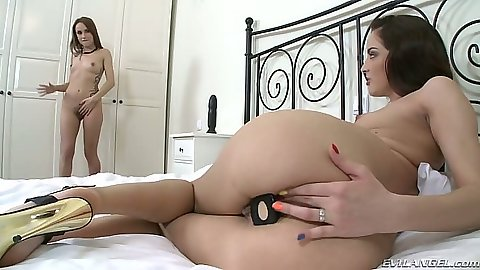Leyla Black and Lien put butt plugs and dildo into their anus holes
