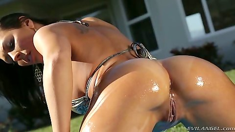 Great bikini ass all in oil outdoors with self loving Rachel Starr