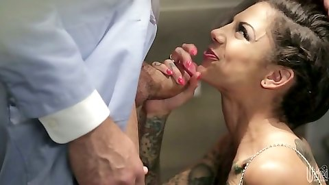 Bonnie Rotten blowjob on her knees and standing fuck with hair pulled