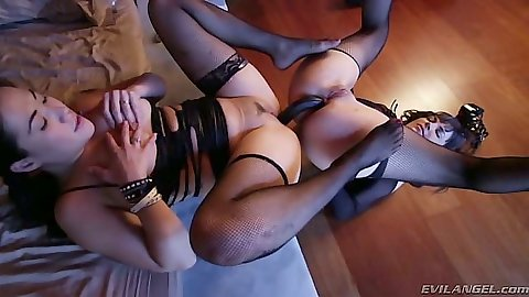 Anal sex with lesbians Dana DeArmond and London Keyes and double sided dildo