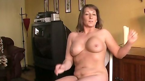 Amateur mature Shellys Treats plays with self