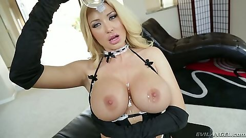Milf blonde Summer Brielle puts oil on her boobs