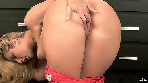 Horny cougar milf Paige Turnah fingers vagina