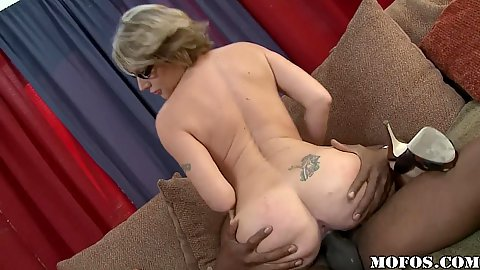 Sexy round ass milf sits on a big black dick