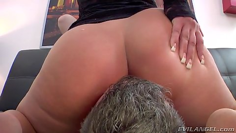 Face sitting with Savannah Fox not wearing her panties