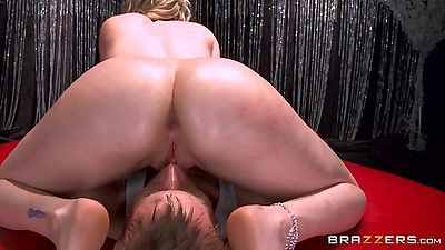 Milf in 69 with round ass Courtney Cummz