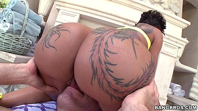Tattoo ass pornstar chick Bella Bellz sits on face