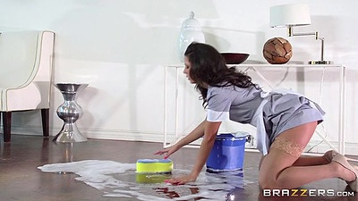 Tasty latina maid Alexa Tomas washing the floor