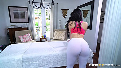 Great shaped ass in yoga pants Ryan Smiles getting ready for massage