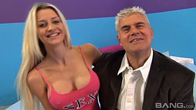 Smiling big boobies blonde Sierra Day is a new girl in town for sucking