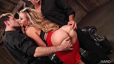Blonde threesome with Mia Malkova going bad
