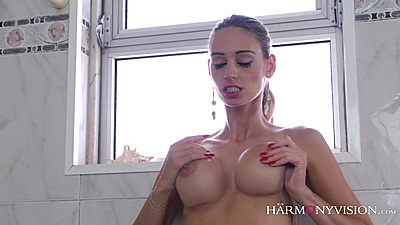 Eating cunt and strap on sucking in the tub with Susana Melo and Erica Fontes